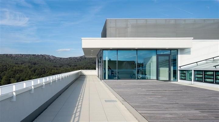 Bauteil Attika und Brüstung - Reduzierung von Wärmebrücken im Bereich des Daches bei effizienter Flächennutzung